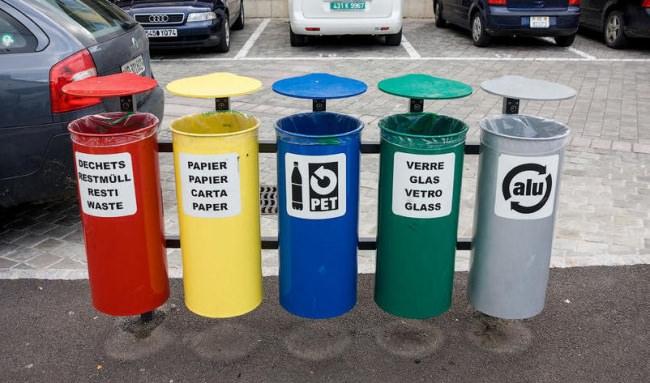Los basureros públicos de Suiza tienen incorporado el sistema de clasificación.